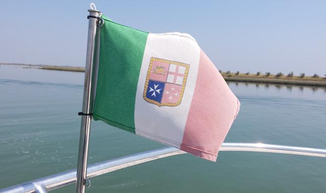 Italienische Flagge am Bug des Bootes