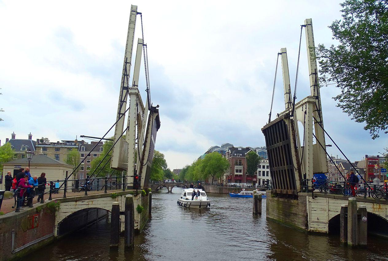 Per Boot durch die Herengracht in Amsterdam steuern