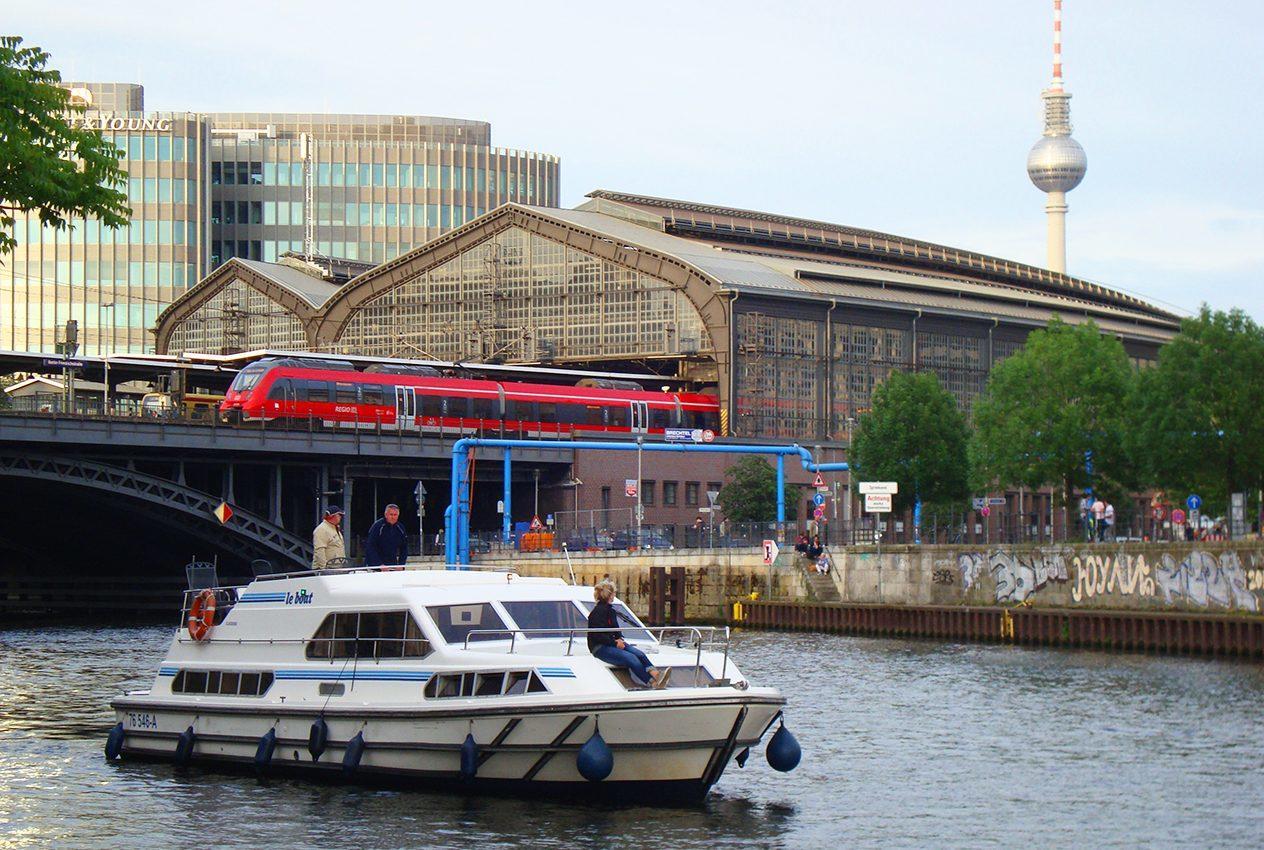 Mit dem Hausboot am Berliner Fernsehturm vorbeifahren
