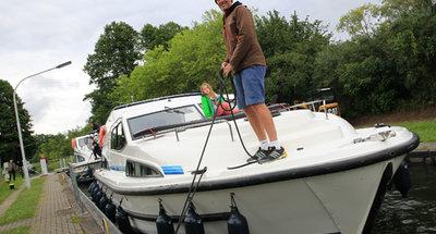 Mit dem Hausboot in der Schleuse