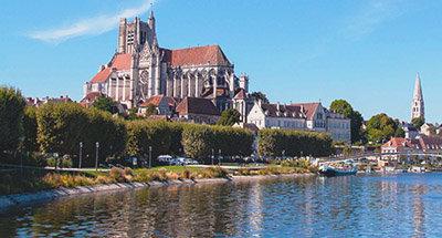 Kirche in Auxerre über dem Fluss