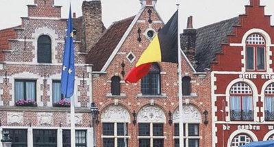 Belgische Flagge und Hausfassaden, Flandern