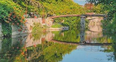Brücke über reflektierendem Wasser