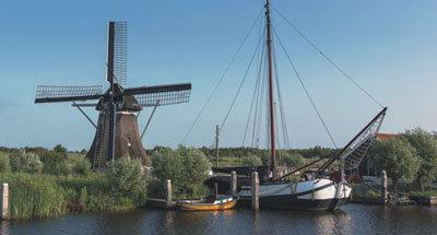 Windmühle und traditionelles niederländisches Boot