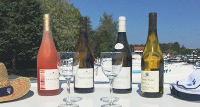 Weinflasche auf Le Boat Boot im Burgund