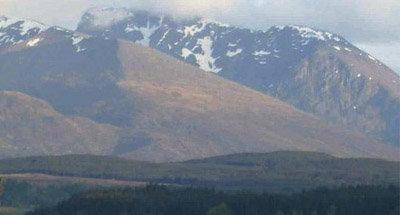 Verschneites schottisches Bergpanorama