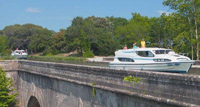 Le Boat Boot auf einem Aquädukt
