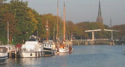 Boote und Hebebrücke in den Niederlanden