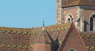 Liebevoll verziertes Dach über einer Stadt im Burgund