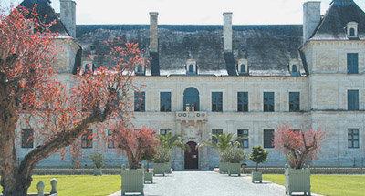 Rote Bäume auf dem Weg zu einem französischen Schloss
