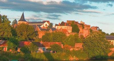Dorf über dem Kanal im Sonnenuntergang
