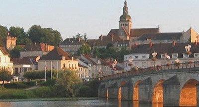 Sonnenuntergang über einer Stadt im Burgund
