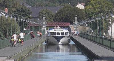 Le Boat Hausboot Vision überquert den Kanal-Viadukt