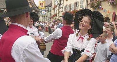 Eine Frau und ein Mann tanzen in traditioneller Kleidung