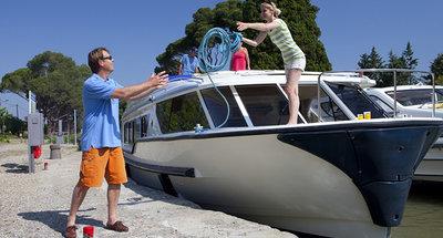 Gemeinsames Festmachen des Bootes