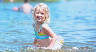 Schwimmendes Kind