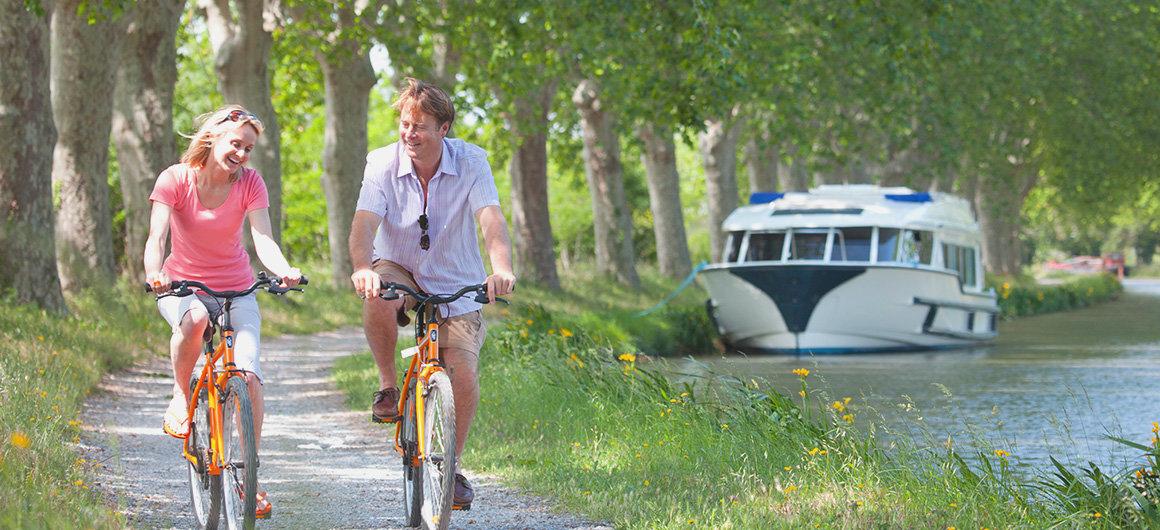 Als Paar mit den Fahrräder die Umgebung erkunden