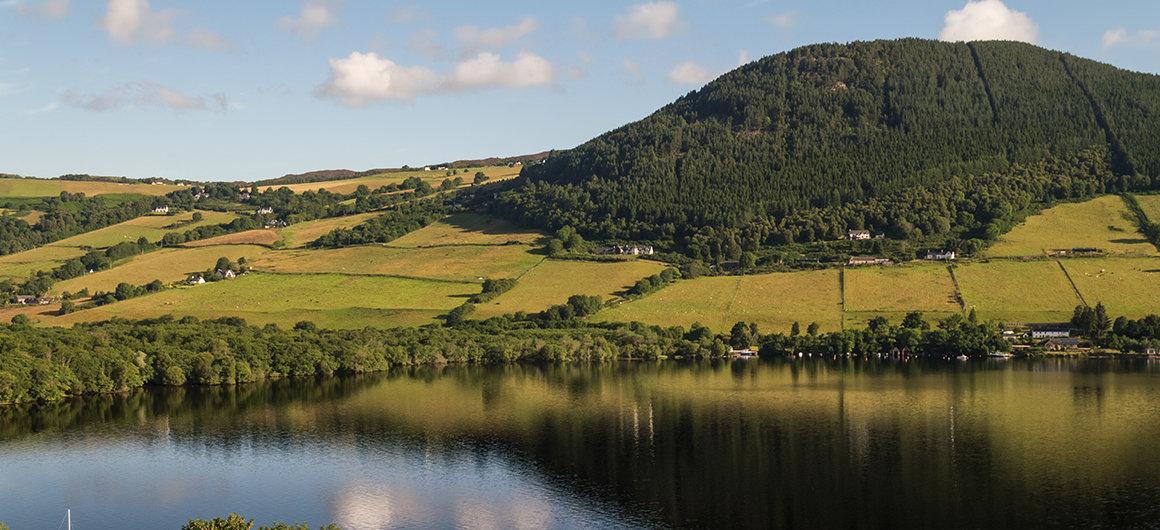 Hügel am See von Loch Ness, Schottland