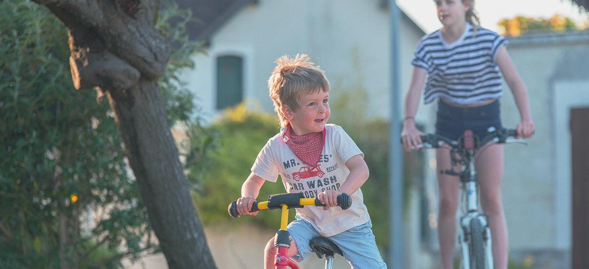 Kinder fahren Fahrrad im Burgund