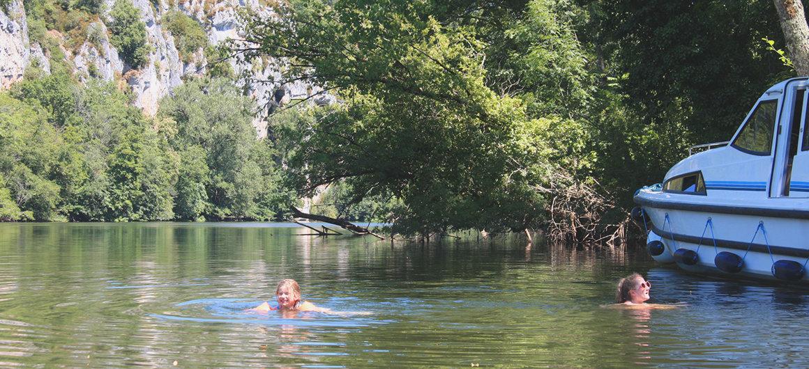 Schwimmen im Lot neben dem Le Boat Boot