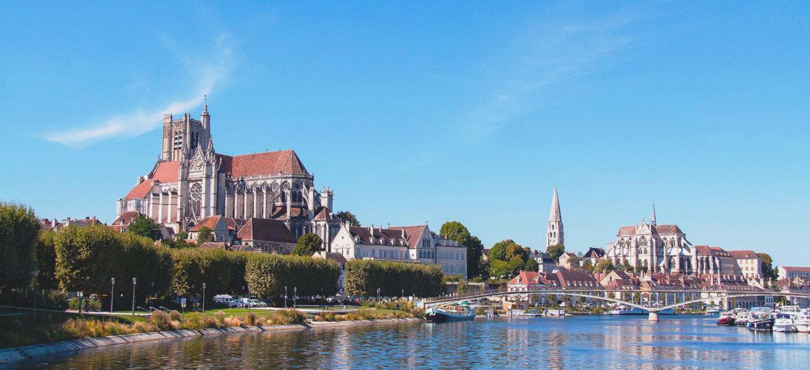 Blick vom Fluss auf Auxerre