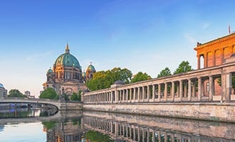 Berlin und die Spree in der Dämmerung