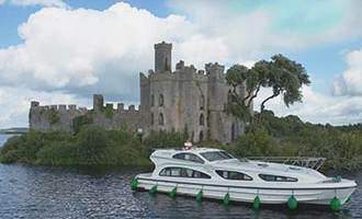 Emerald Star Boot vor der Burg im Lough Key